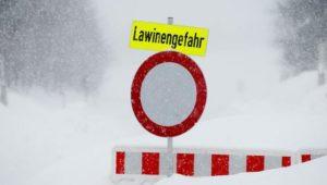 Schneefälle lähmen das öffentliche Leben im Alpenraum